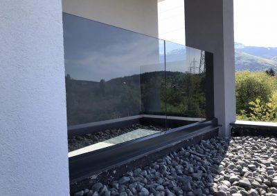 Производство доставка и монтаж на стъклени парапети
