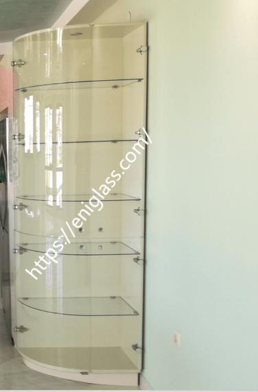 стъклен шкаф с огънато стъкло